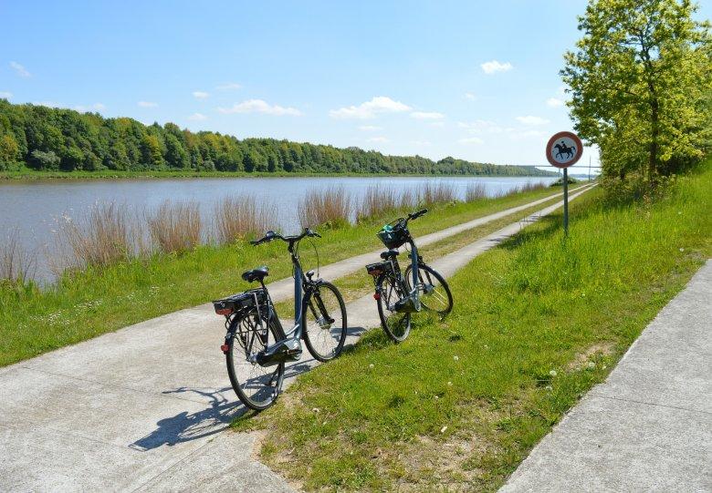 Fietsroute langs het water in Flevoland