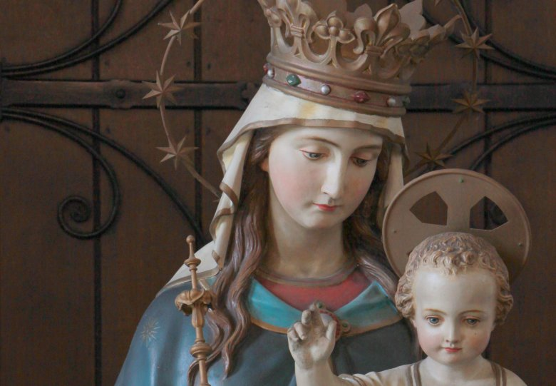 Prachtige Lourdes grot in portaal Heiligenbeeldenmuseum