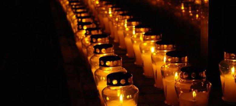 Gedachtenis-kaarsen op Canadese Begraafplaats
